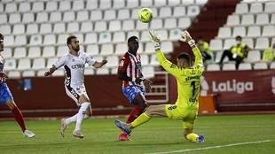 Puma Rodríguez levanta el balón ante Bernabé para el gol del Lugo