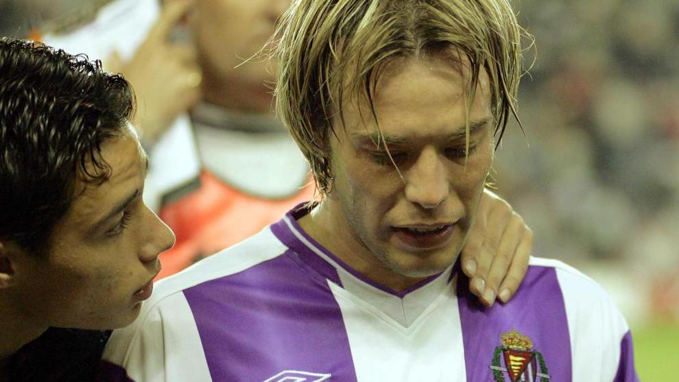 Losada, que marcó dos goles en el 3-0 al Villarreal, se marcha triste al vestuario al saber que el Valladolid había desendido.