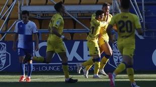 Xisco Jiménez es abrazado por sus compañeros para celebrar el 2-0 y...