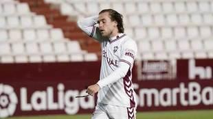 Álvaro Jiménez, desconsolado tras fallar el penalti que tuvo el Alba...