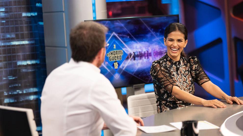 Sara Sálamo sonríe mientras charla con Pablo Motos en El Hormiguero.