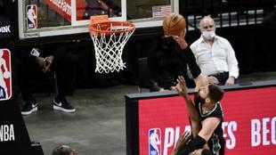 Jonas Valanciunas ataca el aro de los Spurs