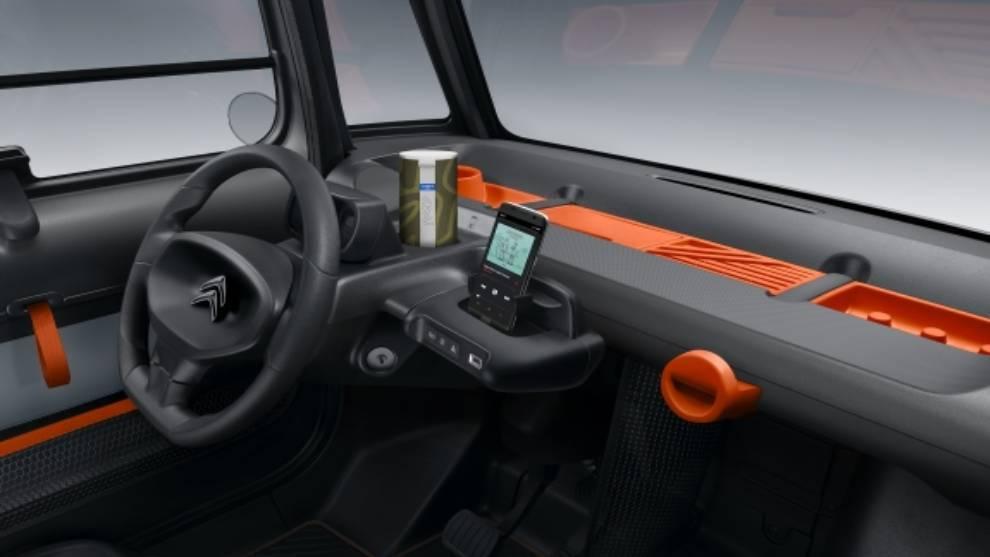 Detalle del interior de un vehículo personalizado.