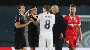Kroos protesta con Zidane a Martínez Munuera al final del partido...