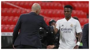 Vinicius saluda a Zidane tras ser sustituido en San Mamés.