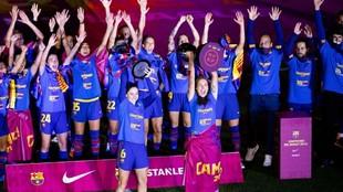 Las jugadoras del Barcelona celebran su 'doblete' en el...
