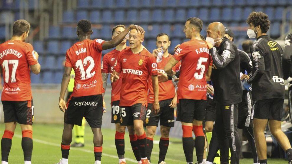 Los compañeros felicitan a Mollejo tras el gol del triunfo en Tenerife