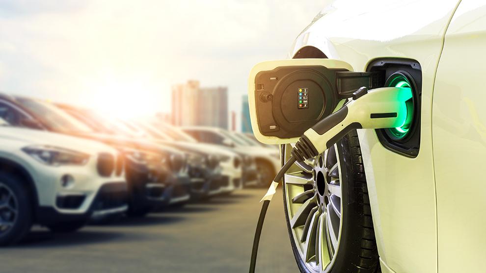 El Gobierno quiere fomentar el uso de coches no contaminantes pero, a la vez, reducir el uso del vehículo privado.