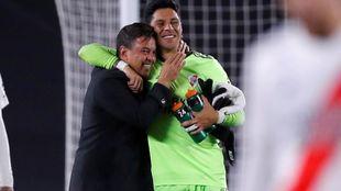 Gallardo, con Enzo Pérez.