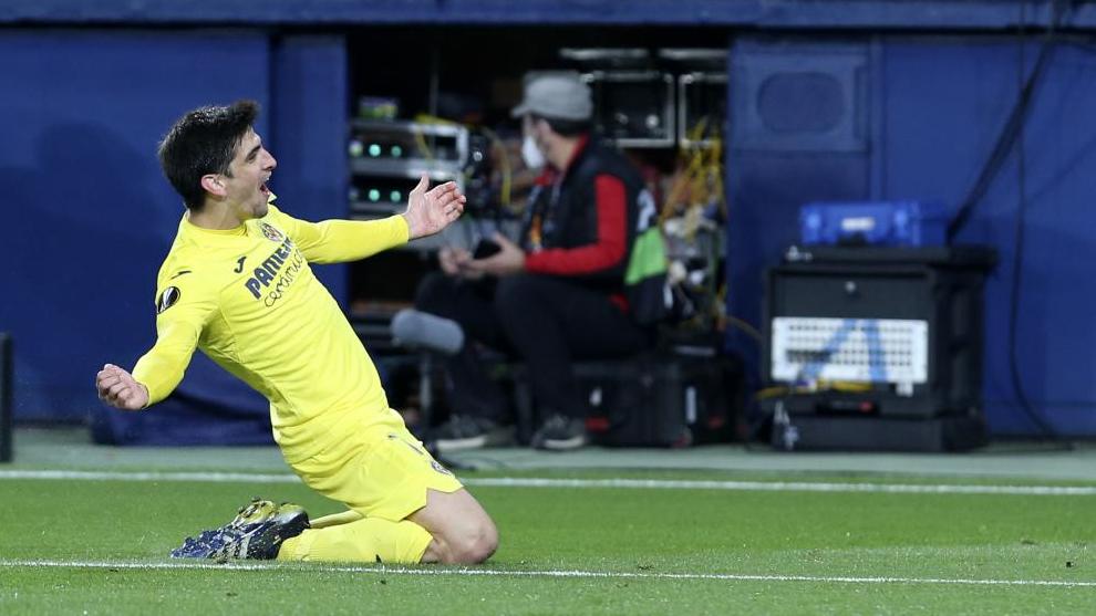 Gerard Moreno, de rodillas sobre el césped, después de marcar un gol.