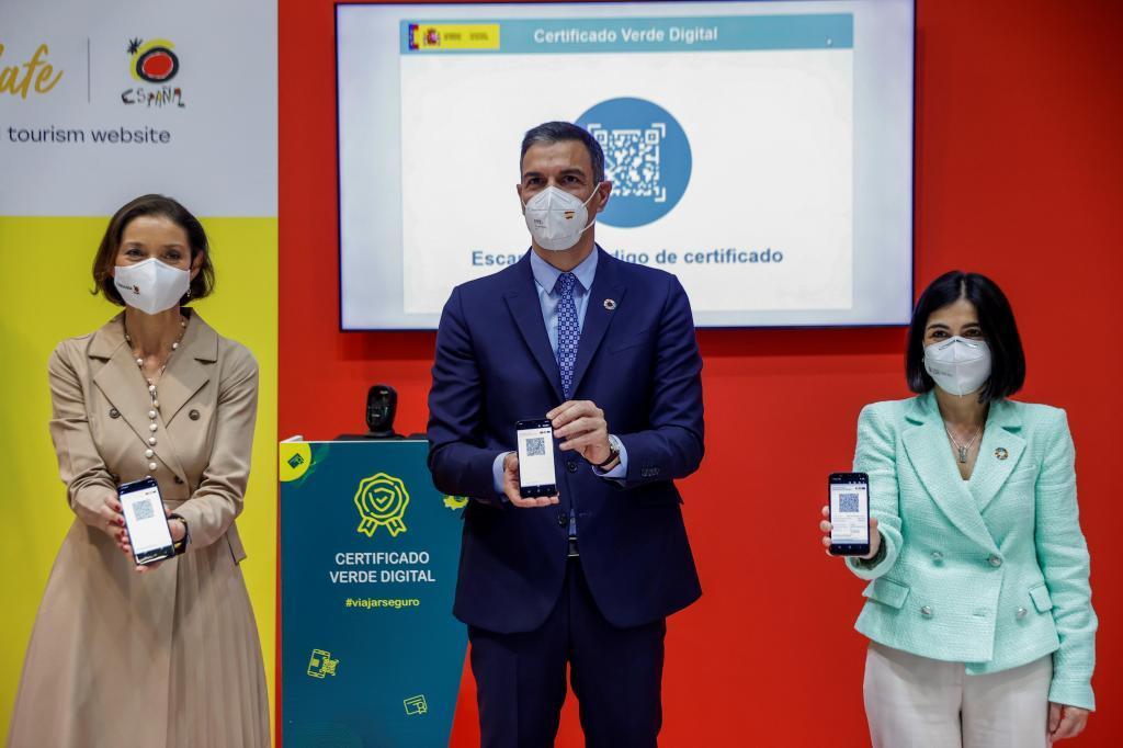 Pedro Sánchez junto a las ministras de Sanidad, Carolina Darias y de Industria, Comercio y Turismo, Reyes Maroto /
