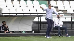 Juan Carlos Garrido da instrucciones a sus jugadores en la banda de...