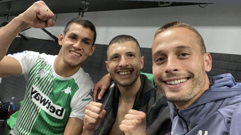 Mandi, Guido y Canales, en el vestuario