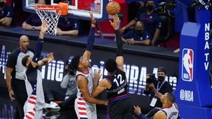 Tobias Harris trata de anotar ante la defensa de los Wizards.