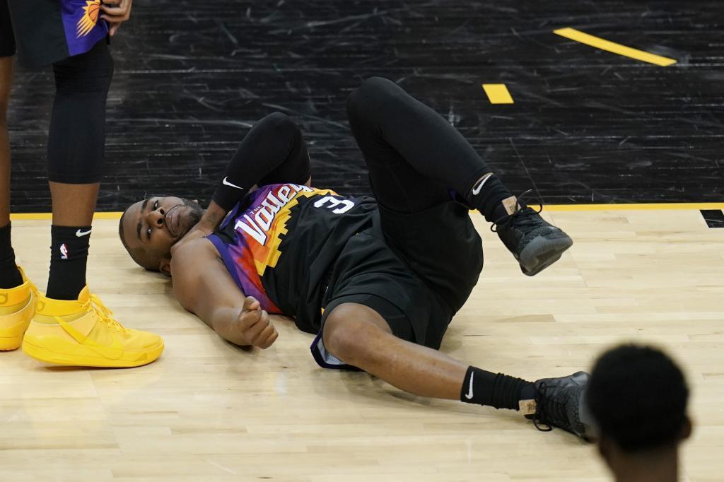 Chris Paul dio el susto al lastimarse el hombro en el segundo cuarto, pero volvió a jugar.