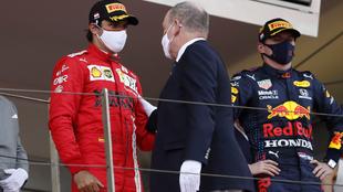 El príncipe Alberto de Mónaco habla con Sainz en el podio.