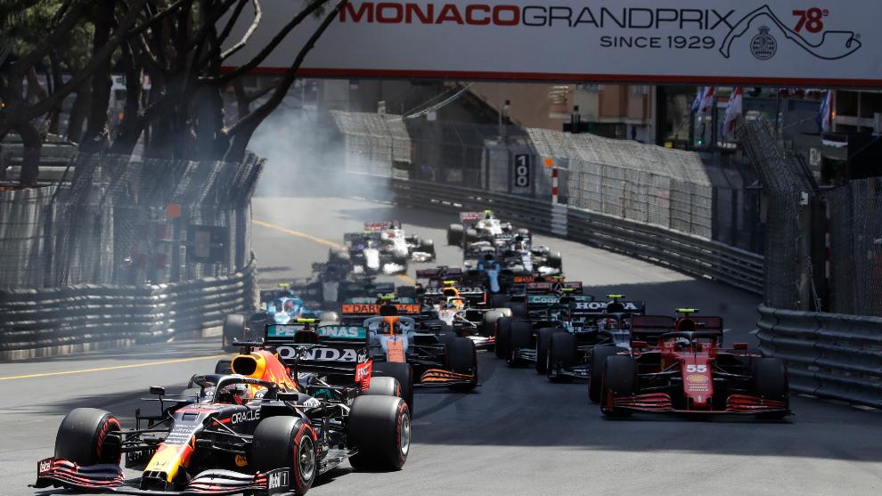 Verstappen, liderando en la salida del GP de Mónaco.