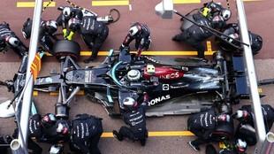 La parada en boxes de Bottas en Mónaco, donde no pudieron sacar la...