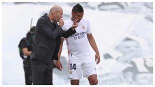 Zidane da instrucciones a Casemiro durante el último partido ante el...