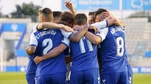 Los jugadores del Sabadell celebra el primero de los goles conseguidos...