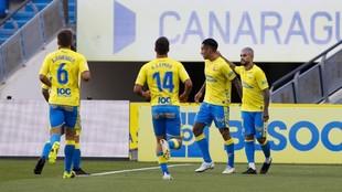 Los jugadores de Las Palmas felicitan a Araujo por uno de los dos...