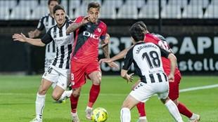 Trejo, del Rayo Vallecano, conduce el balón en el partido ante el...