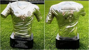 El trofeo de la Federación de México para Guardado
