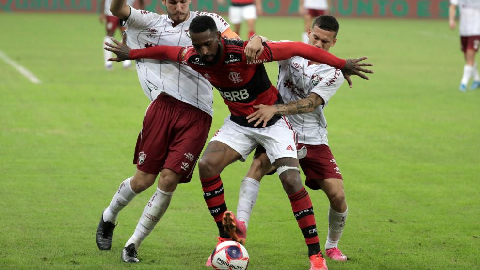 Gerson, del Flamengo, defiende un balón en un partido de la Liga Brasileña