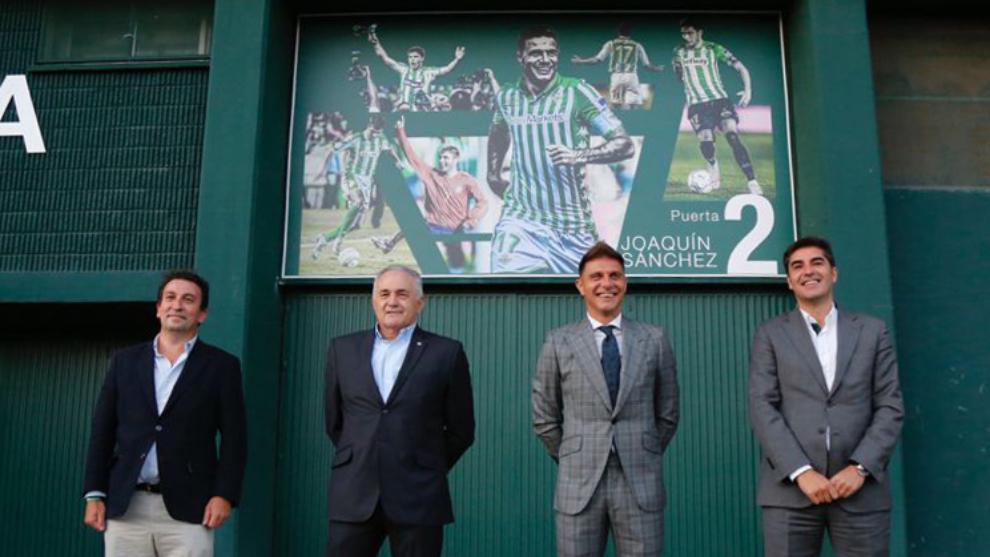 Catalán, Gordillo, Joaquín y Haro en la puerta