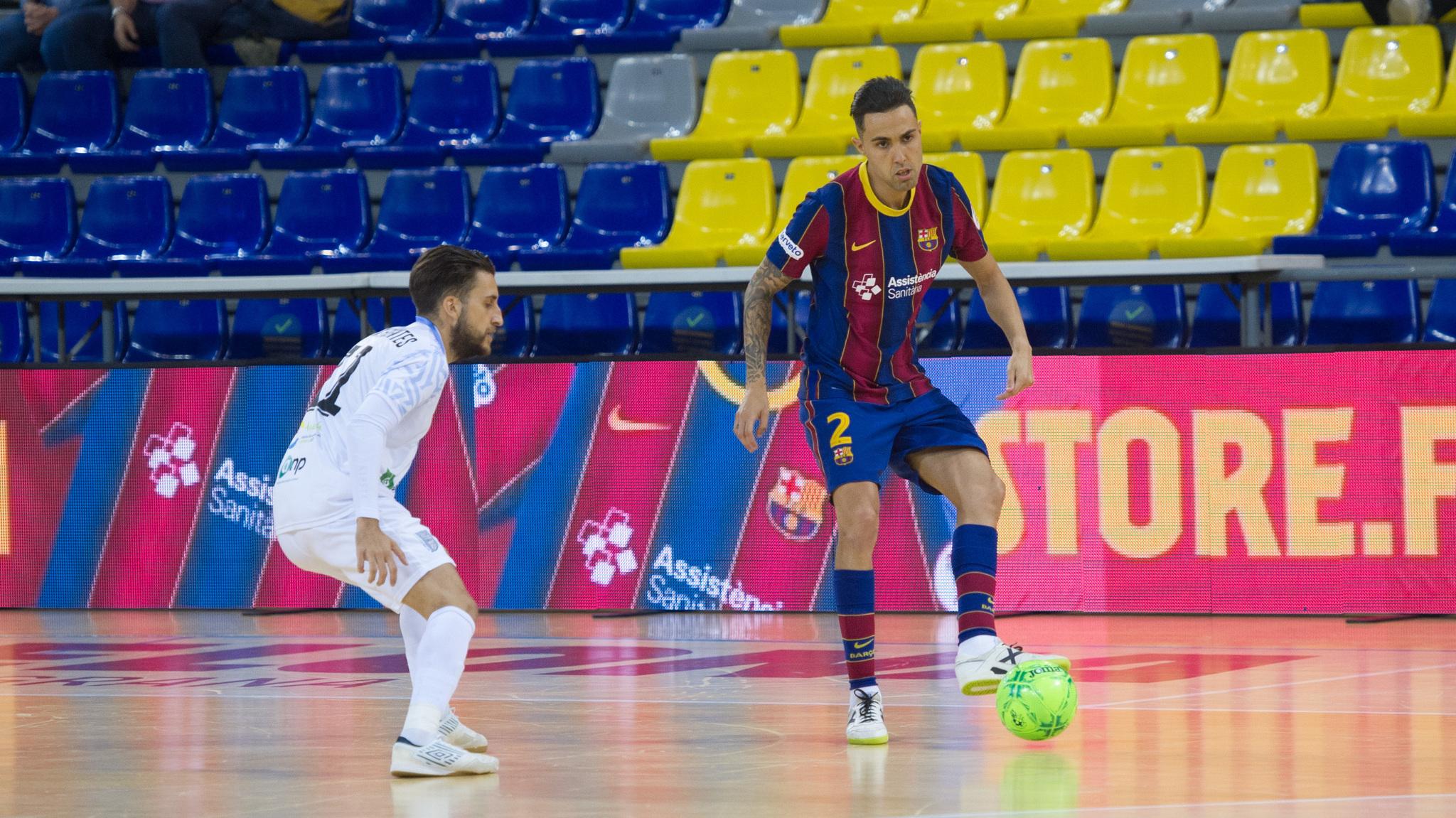 Aicardo pisa el balón ante Álex Fuentes