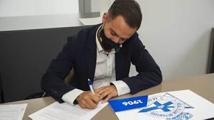 Borja Domínguez, firmando su nuevo contrato como entrenador del...