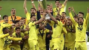 Los jugadores del Villarreal levanta la Copa.