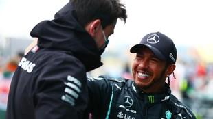 Toto Wolff y Lewis Hamilton, en un Gran Premio de 2021.