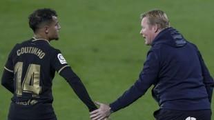 Coutinho y Koeman, durante un partido.
