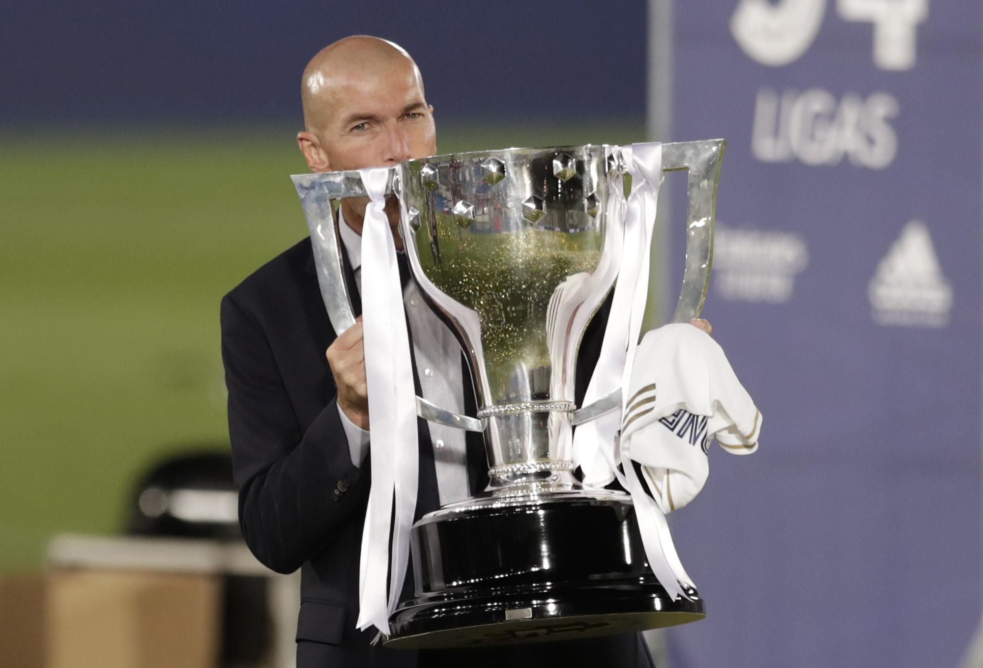 Zinedine Zidane con el trofe de LaLiga