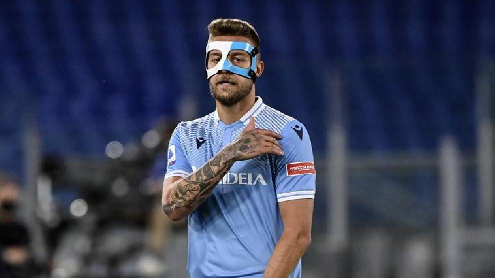 El jugador serbio, con la aparatosa máscara con la que ha jugado algunos partidos esta temporada.
