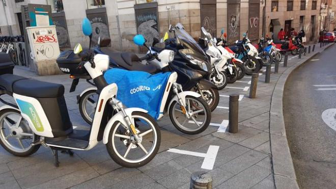 Motos aparcadas en la acera de Madrid - Bicicletas - Patinetes