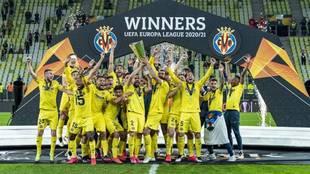 Los jugadores del Villarreal celebran el título de la Europa League.