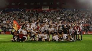 La plantilla del Burgos celebra el ascenso a Segunda división.