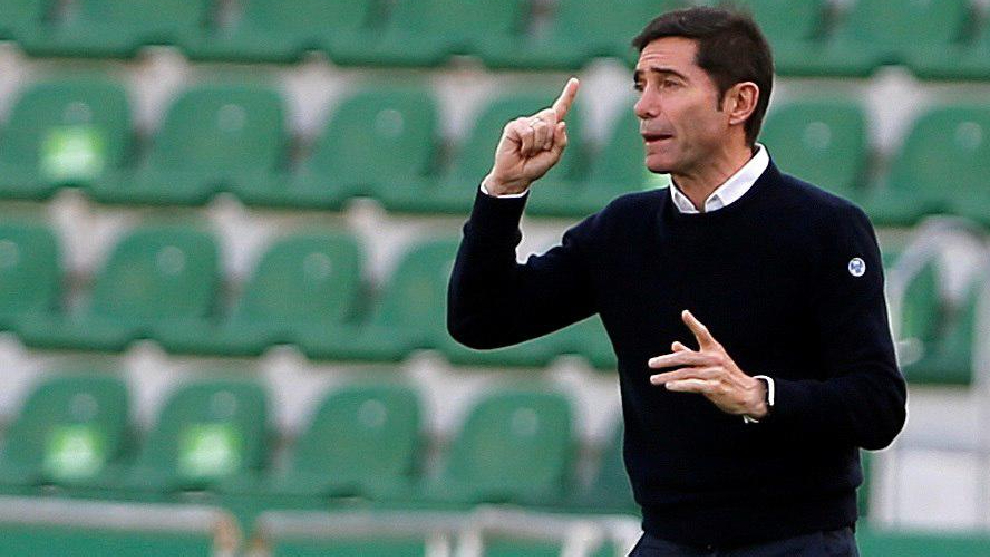 Marcelino hace indicaciones a sus jugadores durante un partido del Athletic.