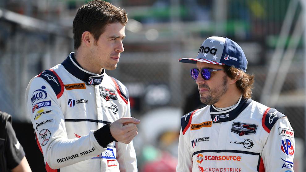 Di Resta habla con Alonso, durante las 24 Horas de Daytona.