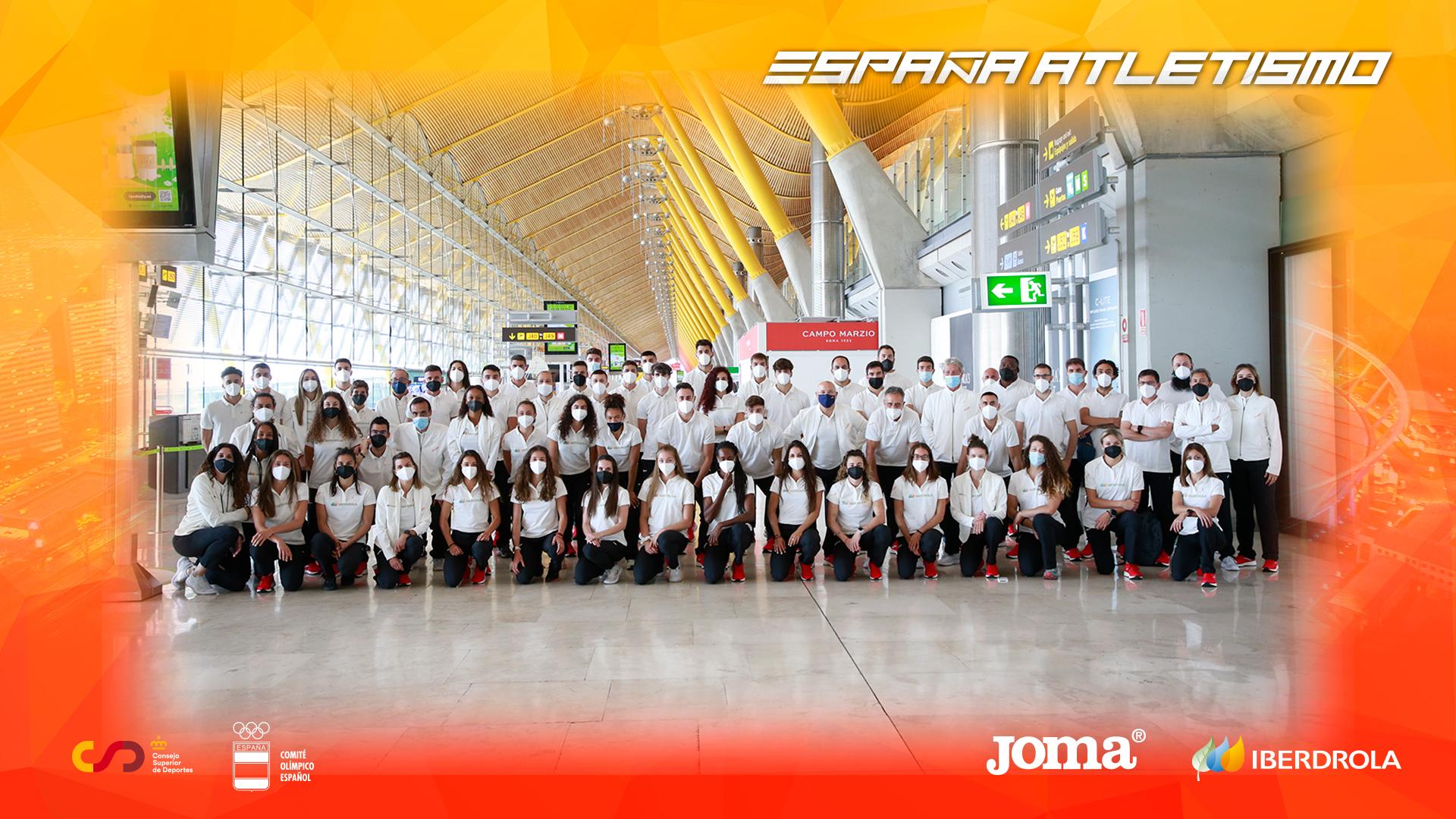 La seleccion española en el aeropuerto camino del europeo por equipos