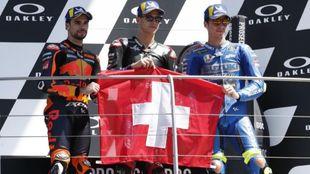 Oliveira, Quartararo y Mir, con la bandera suiza en el podio.