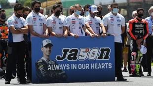 Los miembros del equipo KTM de Moto3, en el homenaje a Jason...