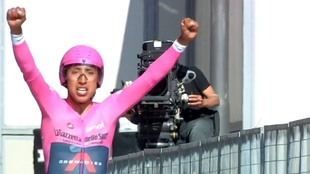 Egan Bernal, celebrando el triunfo en la línea de meta