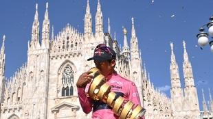 Egan Bernal, celebrando el triunfo en Milán