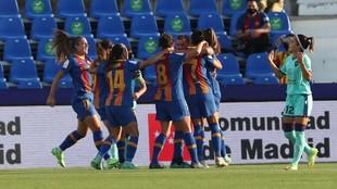 Las jugadoras del Barcelona celebran un gol frente al Levante.