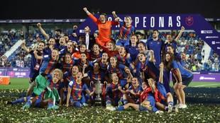 Las jugadoras posan con el título de Copa en Butarque.