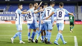 Los jugadores del Málaga celebran uno de los goles anotados ante el...