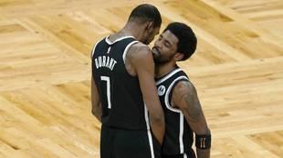 Kevin Durant y Kyrie Irving se felicitan tras la victoria de los Nets